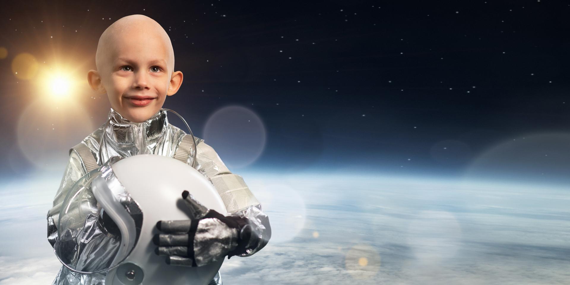 Kuva pojasta astronauttipuvussa.'